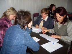 Die Teilnehmerinnen bereiten sich auf ein Mediationsgespräch vor. / У�а��ники го�ов���� к медиа�ии.